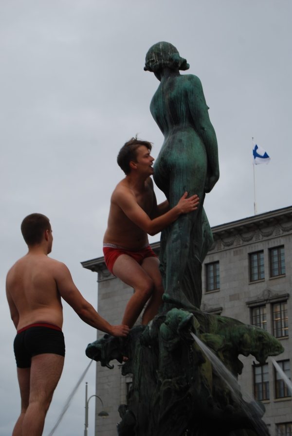 Photo Wednesday: Kissing a Statue's Behind in Helsinki
